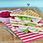 Club Sandwich vegan con hummus alla barbabietola e formaggio di soia