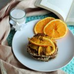 Pancake vegani con latte di mandorla, arance e cardamomo