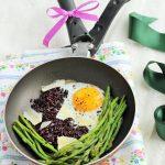 Asparagi in padella con riso venere e uova all'occhio di bue